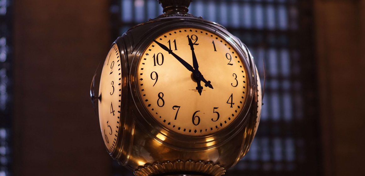 Image of a clock approaching midnight